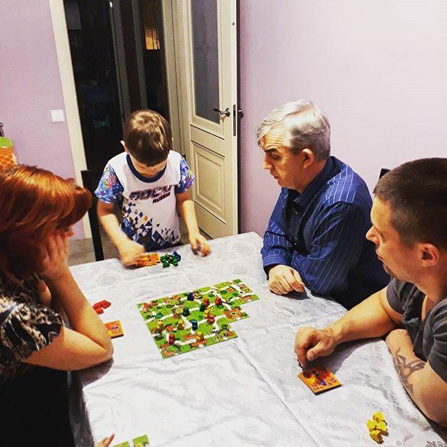 Любимые игры - которые собирают всю семью!. Веселая игра