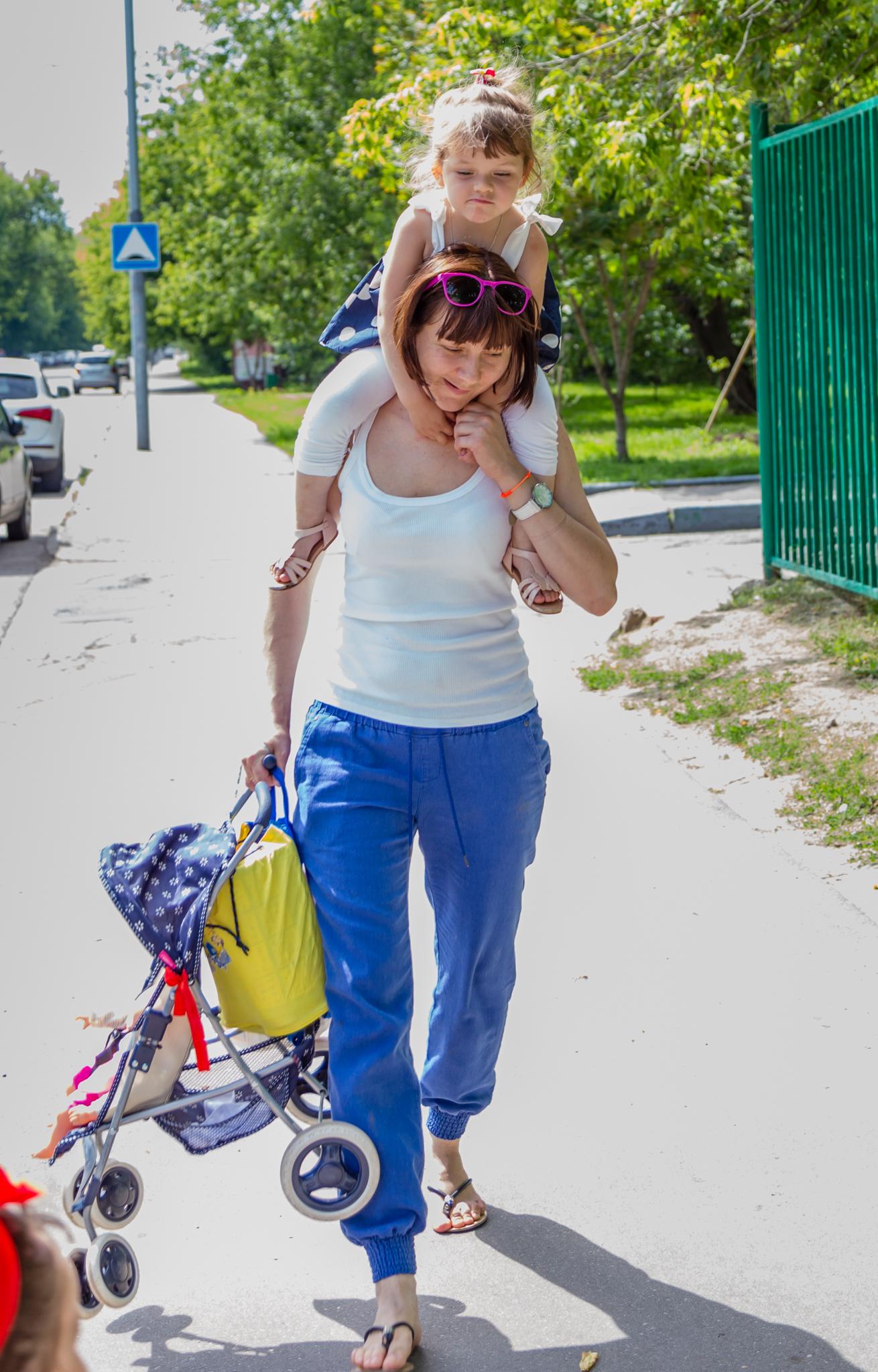 Сумка, дочка и коляска - всё своё ношу с собой)). Все свое ношу с собой!