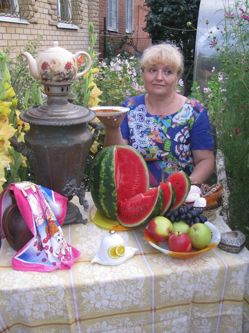 По мотивам картины Кустодиева 'Купчиха за чаем'. За чашкой чая