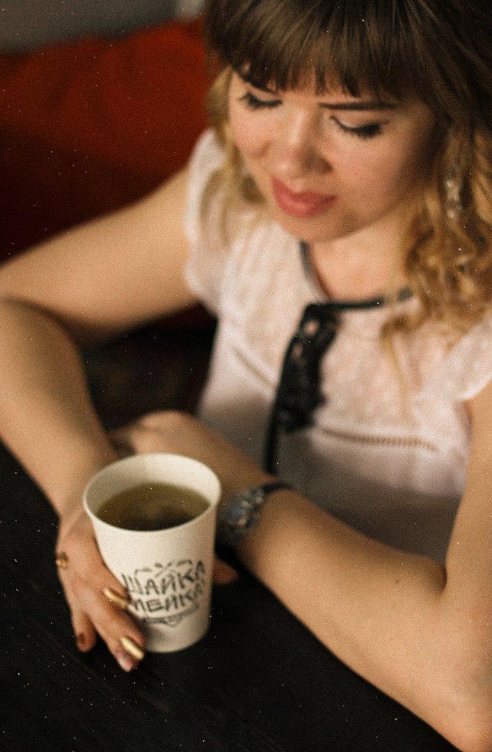 за чашкой чая в любим кафе. За чашкой чая