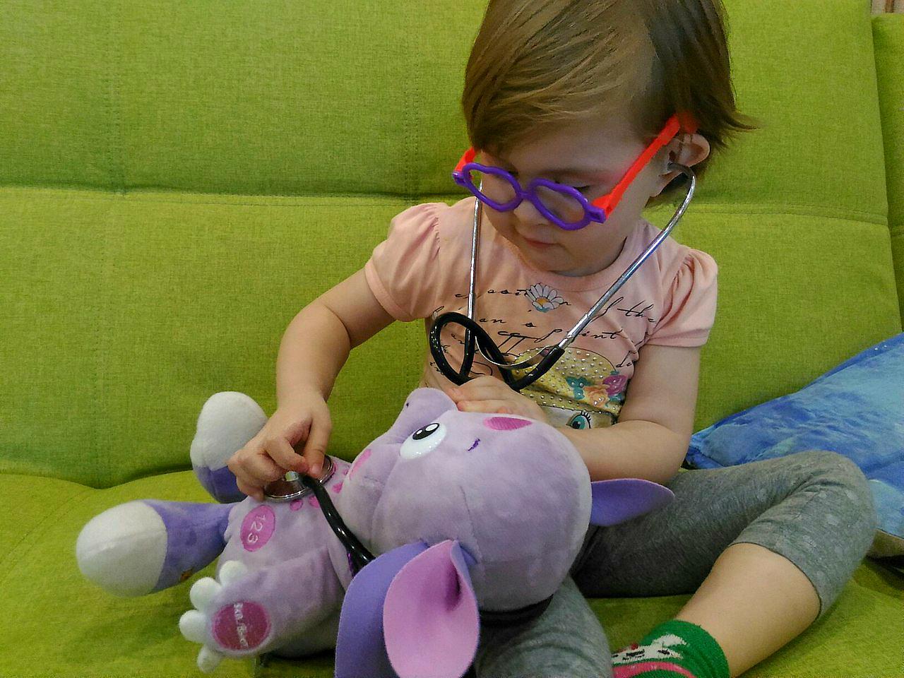 Маша играет в доктора с любимой игрушкой. Веселая игра