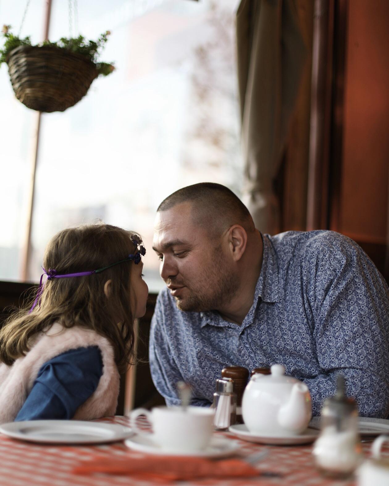 Папа и дочка за чаепитием). За чашкой чая