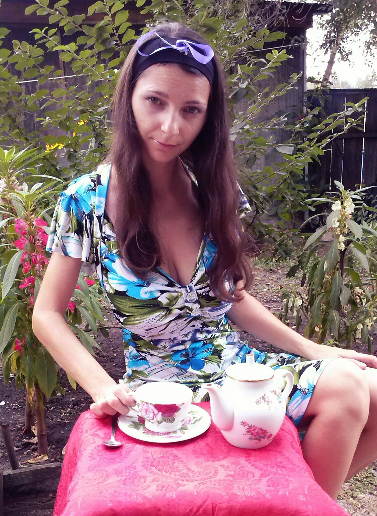 Алиса в стране чудес)). За чашкой чая