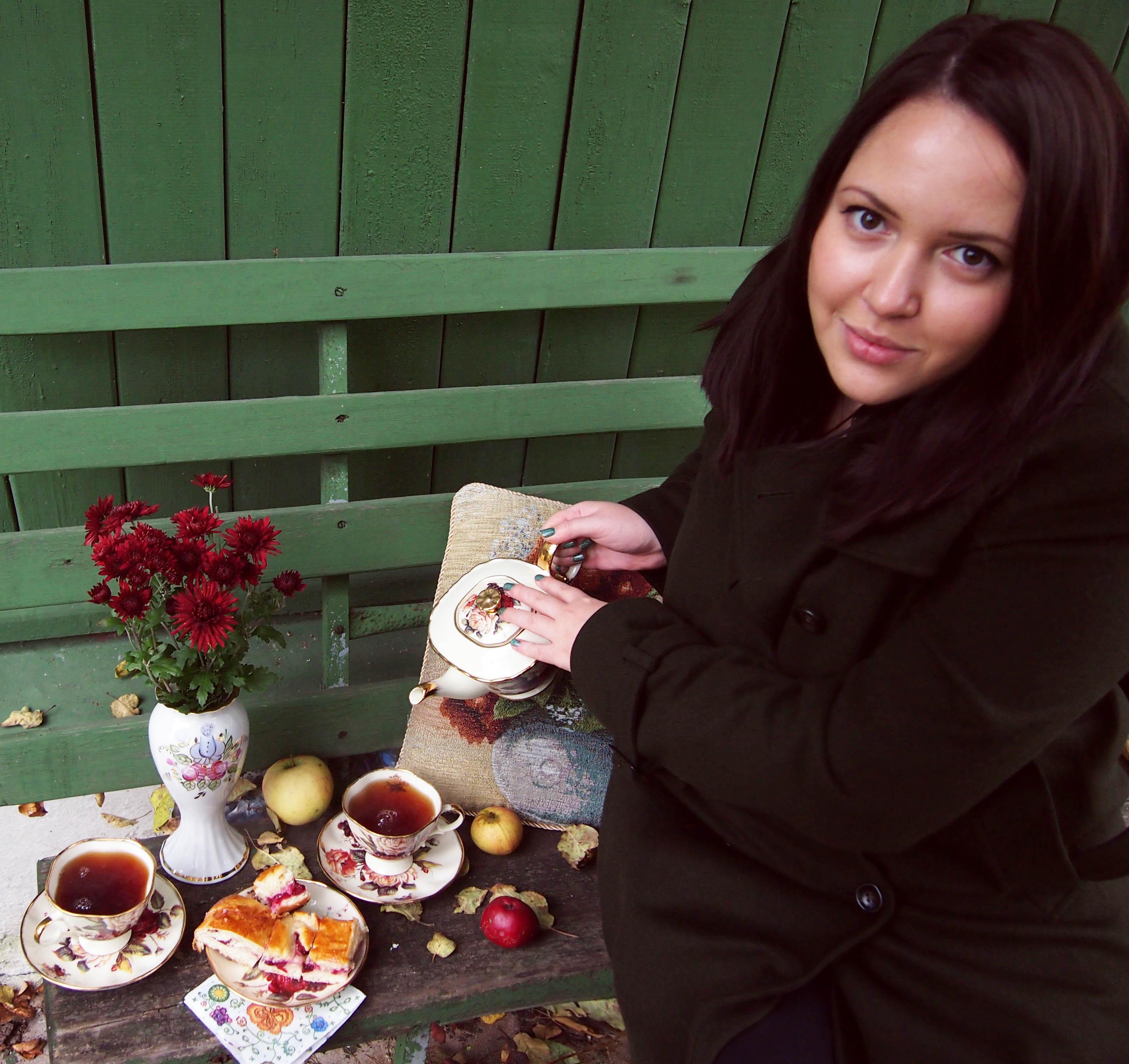 Неспешное чаепитие в саду.... За чашкой чая