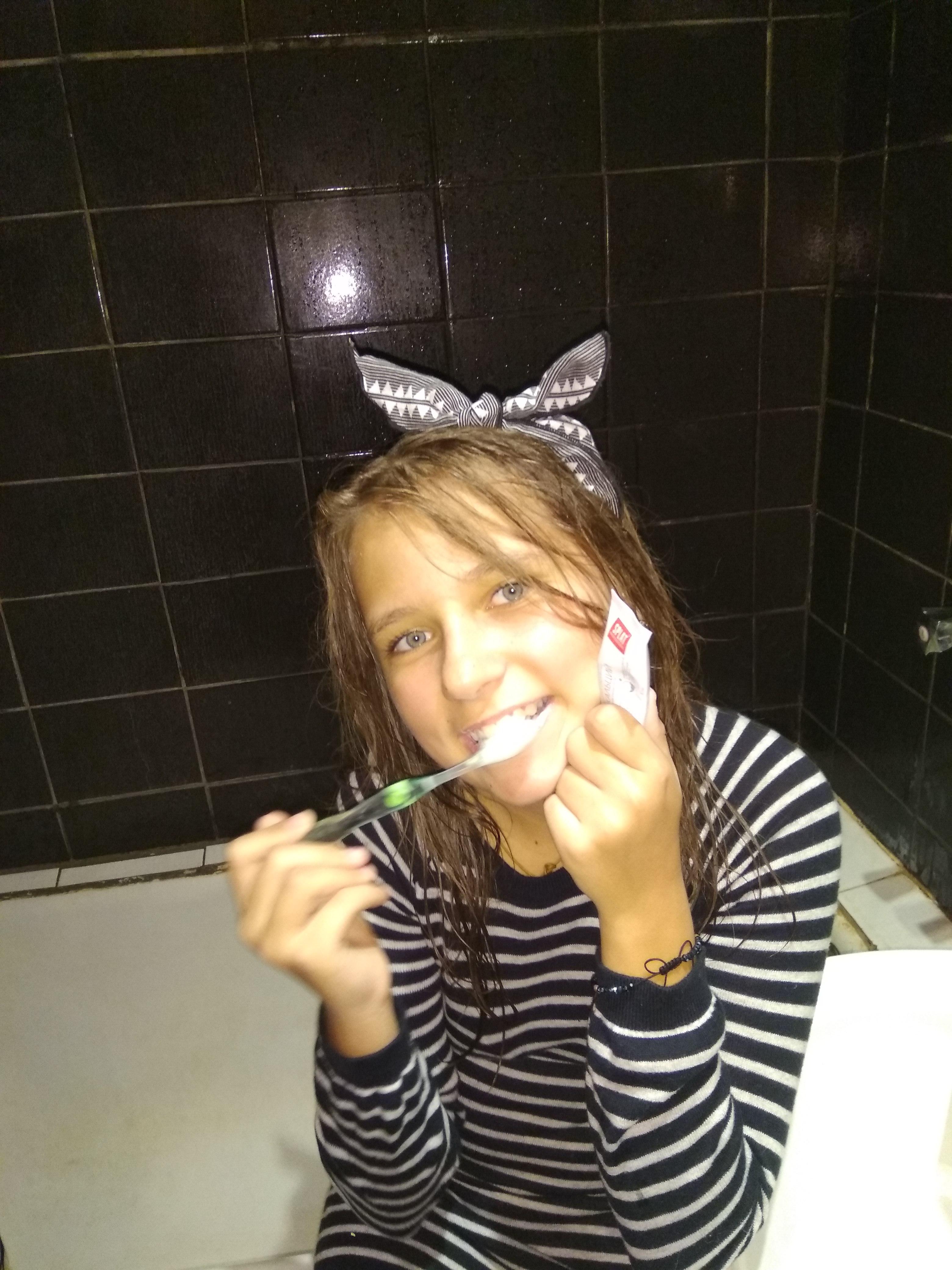 Чистим зубки. Дочка любит зубную пасту Салат.. Чистим зубки