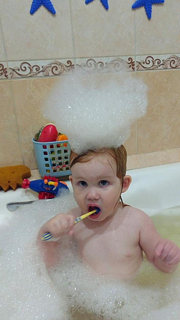 Любит сама чистить зубы!. Чистим зубки