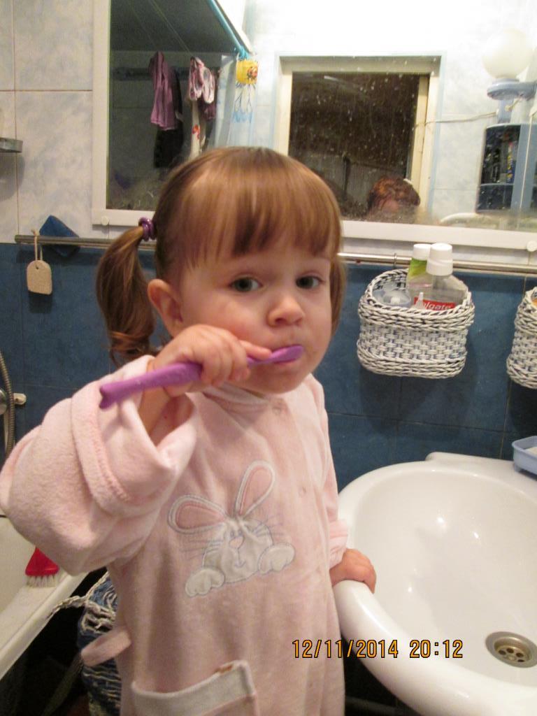 Злата любит чистить зубы. Чистим зубки