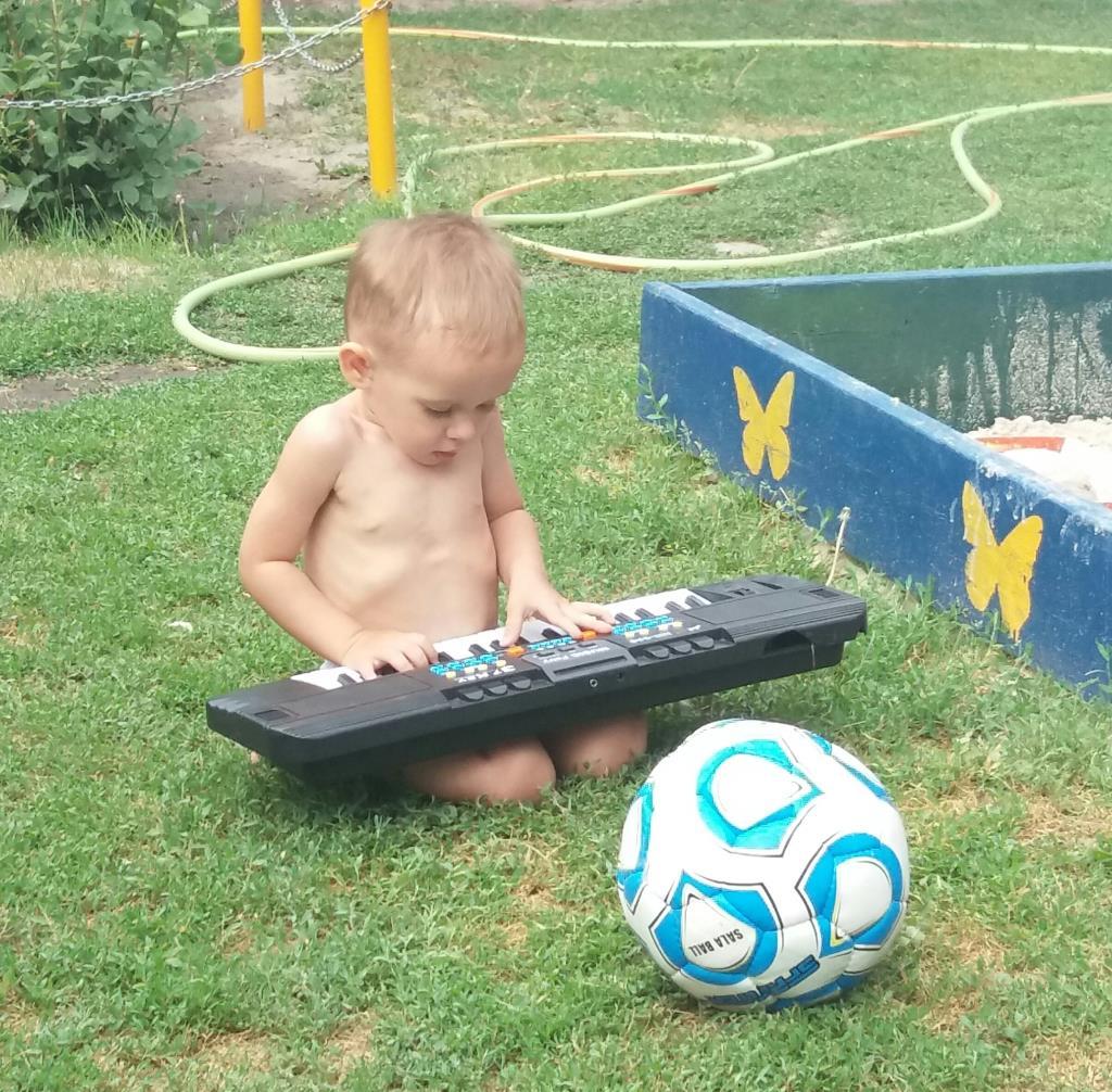 летнее футбольно-музыкальное настроение) . Наше лето