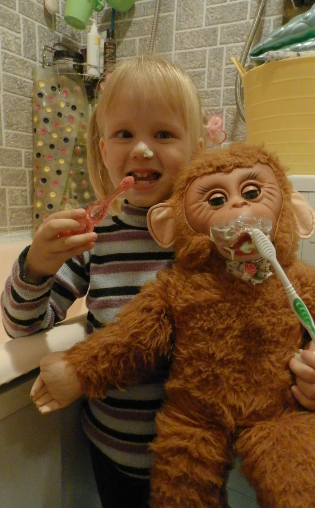 Виолетта любит чистить не только свои зубки). Чистим зубки