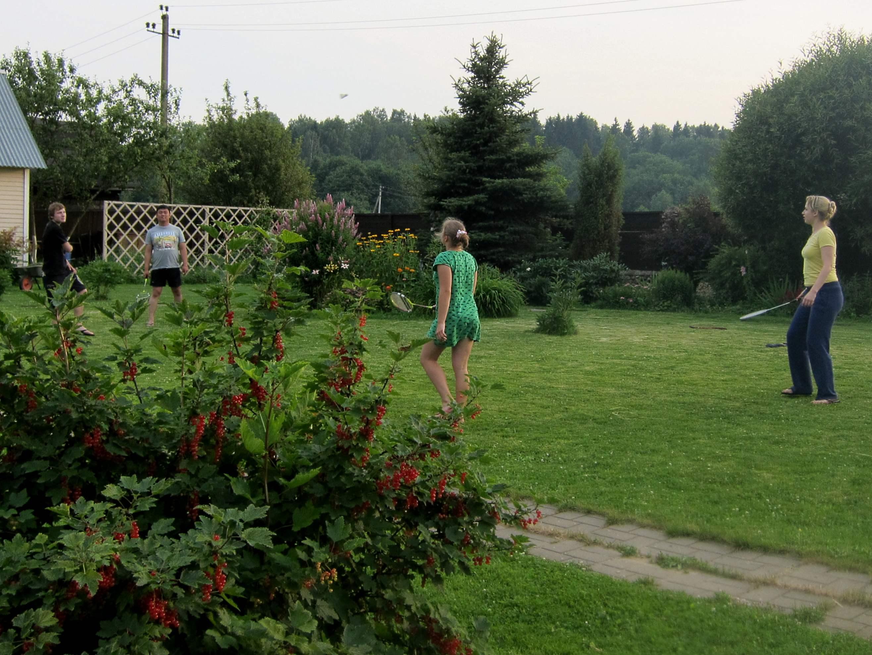 Играем в бадмингтон. Наше лето