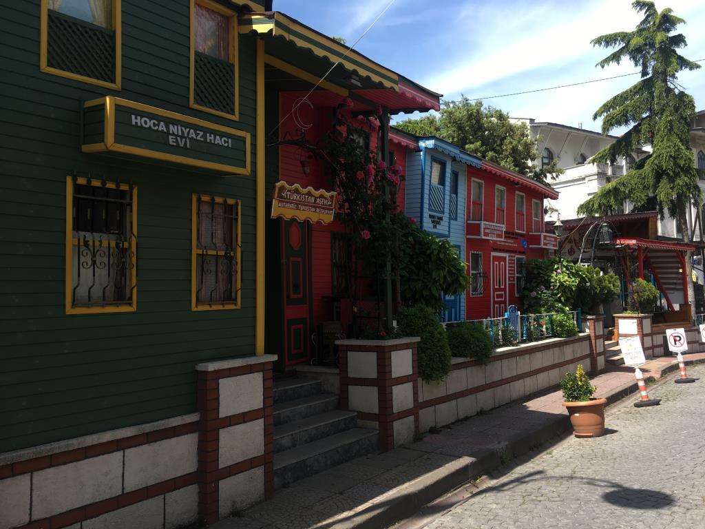 Цветные улочки Стамбула. Блиц: разноцветный город