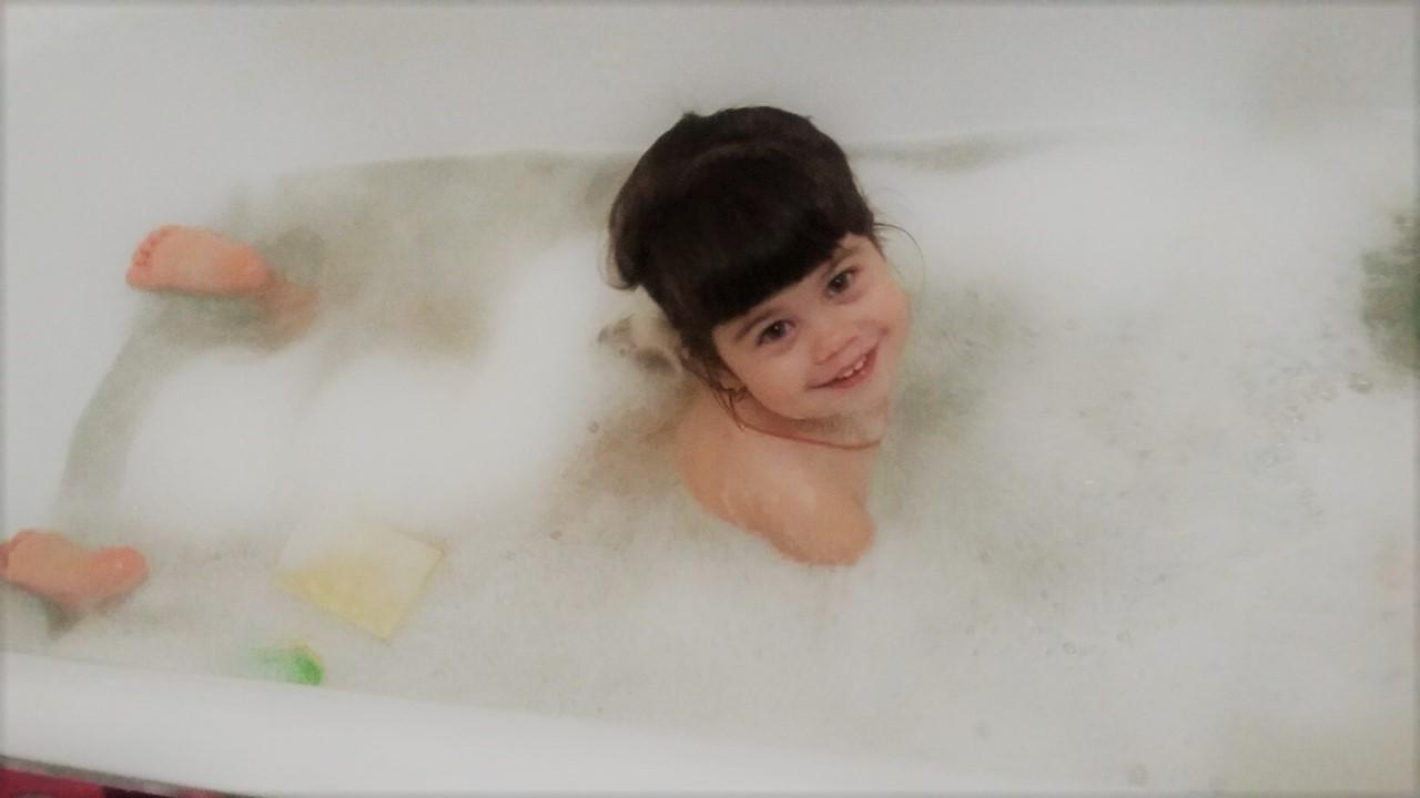 Как же приятно нежиться в ванной с  пышной пеной!. Лапочка