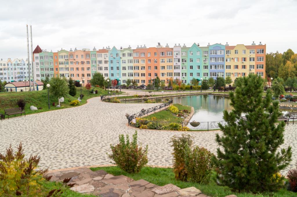 парк в городе спутнике Лесная Поляна. Блиц: разноцветный город