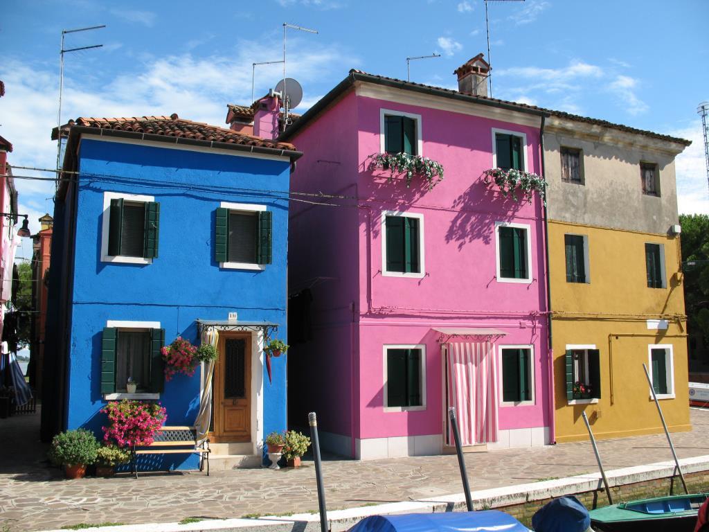 Домики с фотографии на заставке :) (о. Бурано) . Блиц: разноцветный город