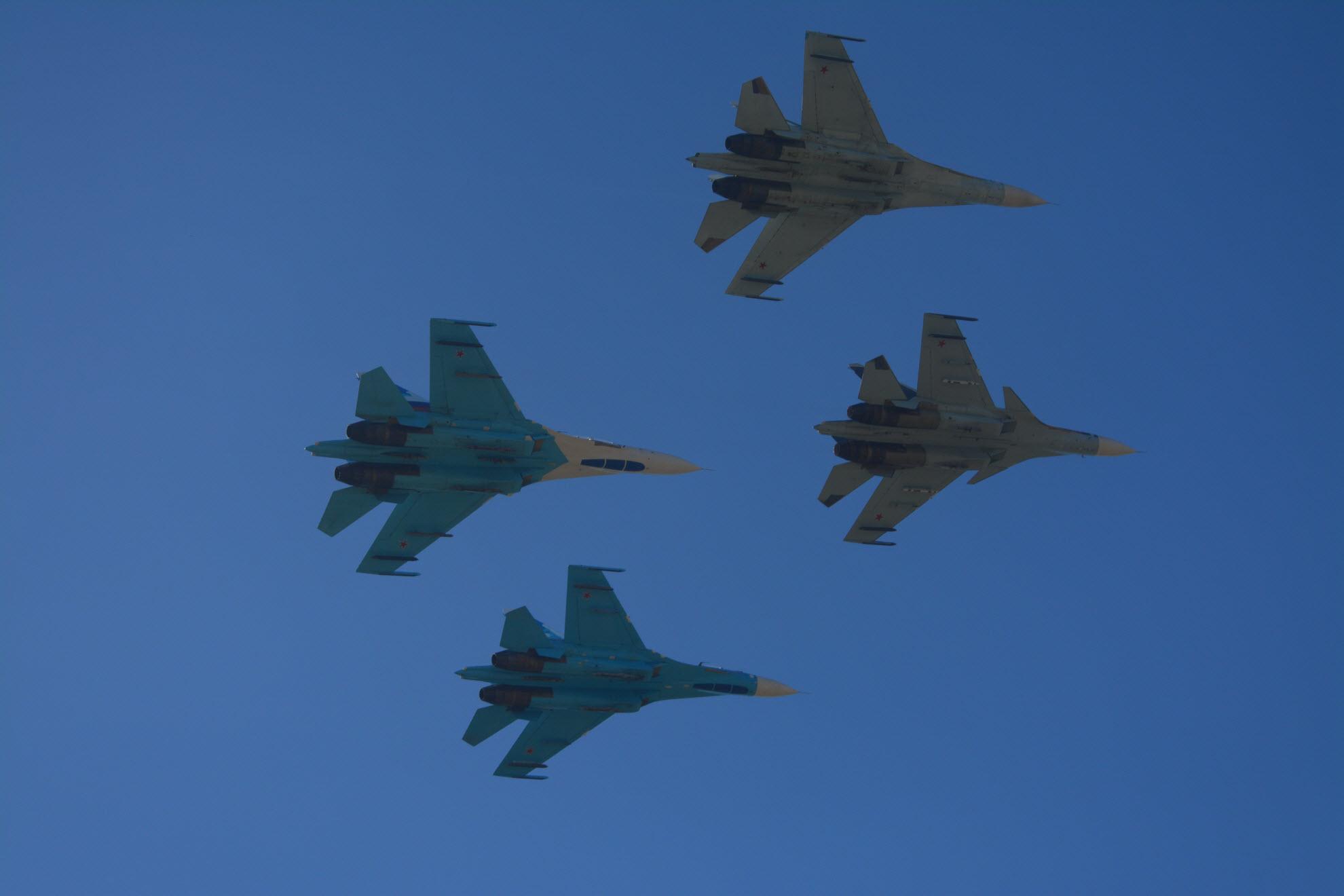Самолеты в синем небе. Блиц: самолеты