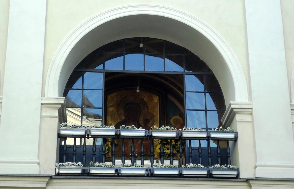 Вот такое окошко увидела в г. Ченстохова (Польша). Блиц: окна