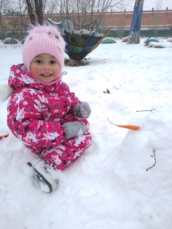 Первый снеговик. Веселая зима