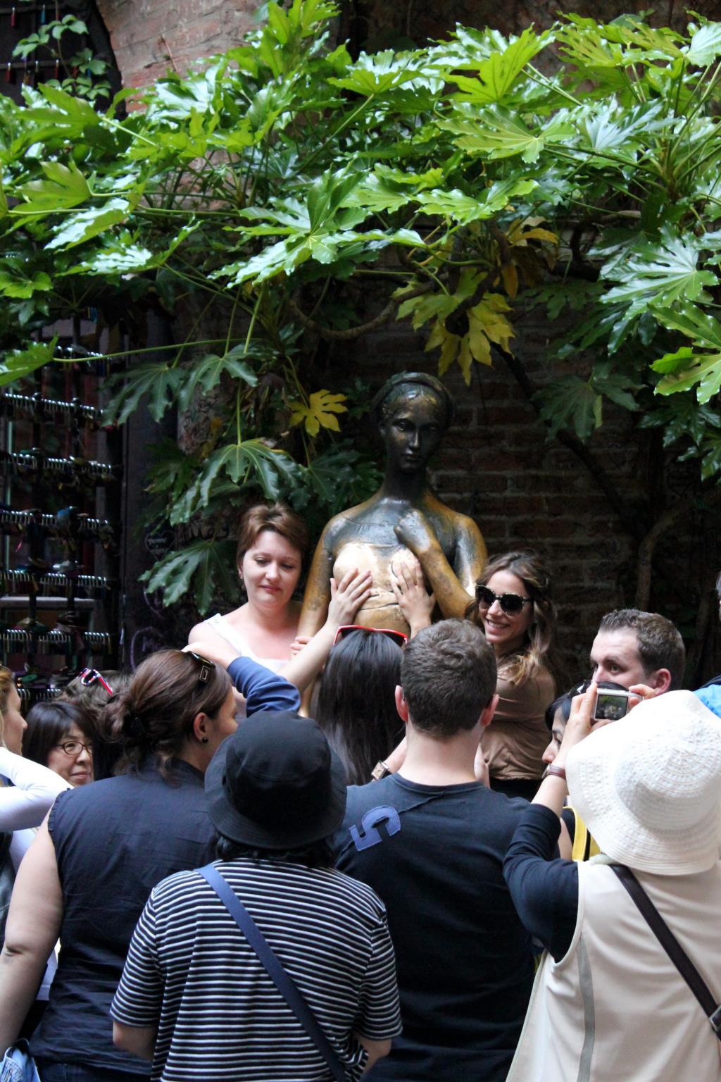 Памятник Джульетте в Вероне. Блиц: потри на счастье!