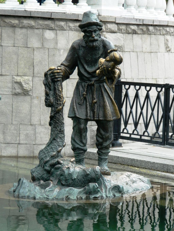 скульптура рыбака и рыбки в Александровском саду . Блиц: потри на счастье!