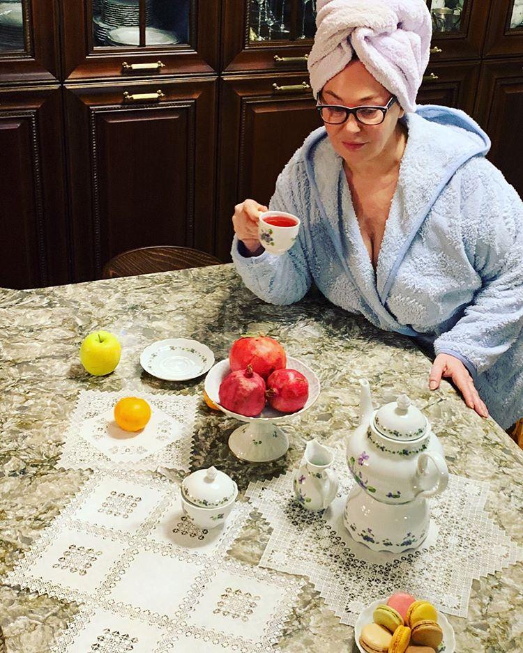 Лариса Гузеева в халате