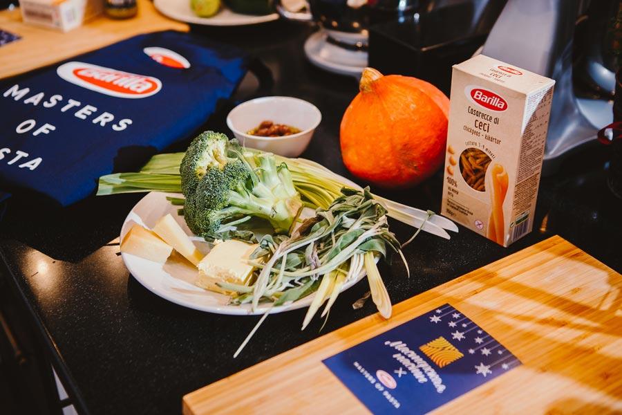 Нутовые казаречче с соусом песто и овощами
