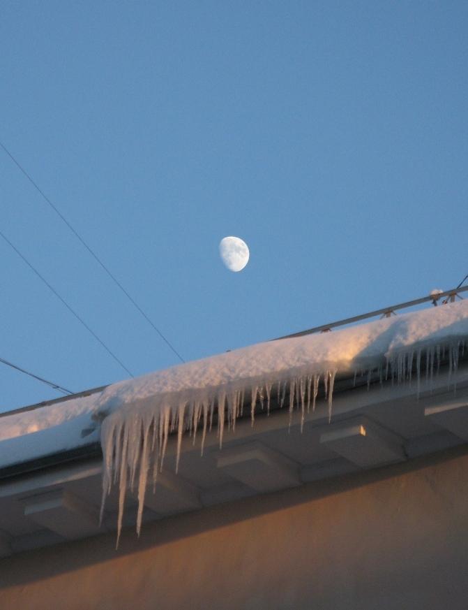 Сосульки на закате в лунном свете. Блиц: лед