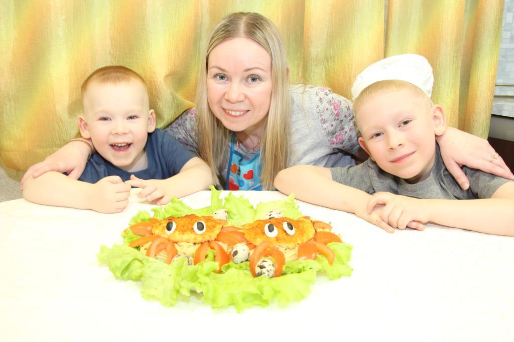 счастье - готовить  крабиков всей семьей.. Счастье есть!
