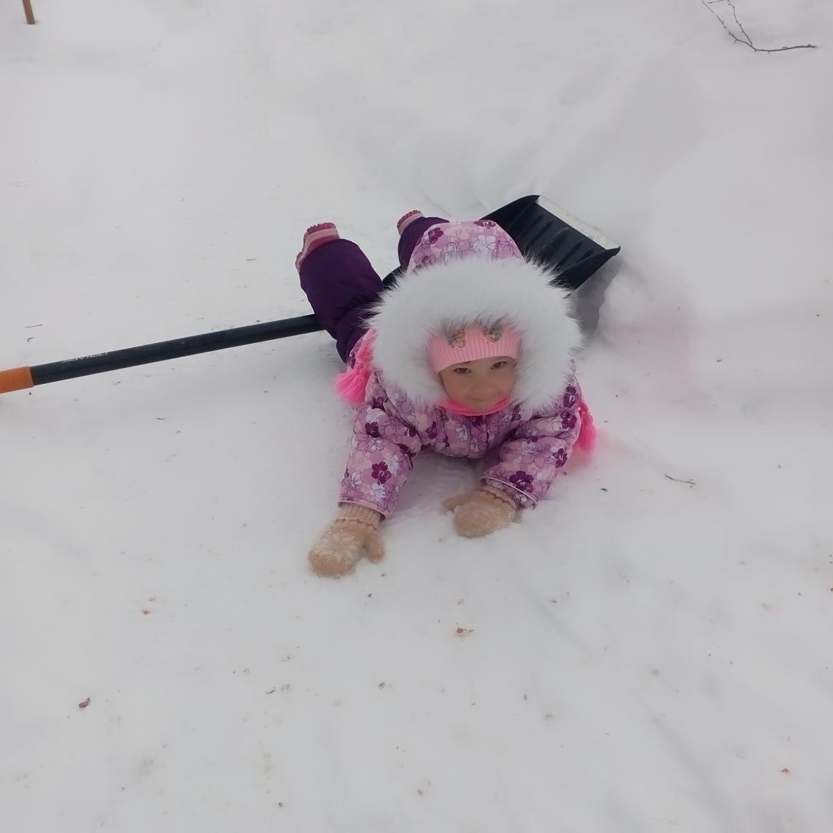 Чистим снег, как можем). Наши дошколята