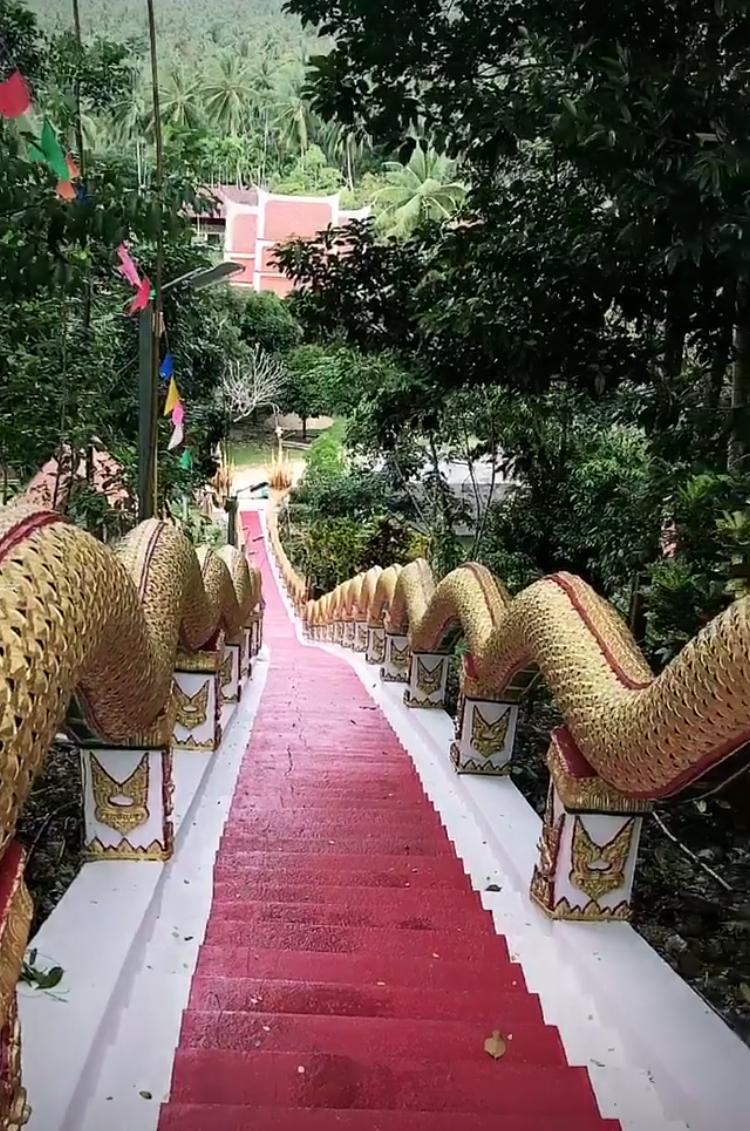 Лестница в буддистский храм (Wat Maduea Wan). Блиц: лестницы
