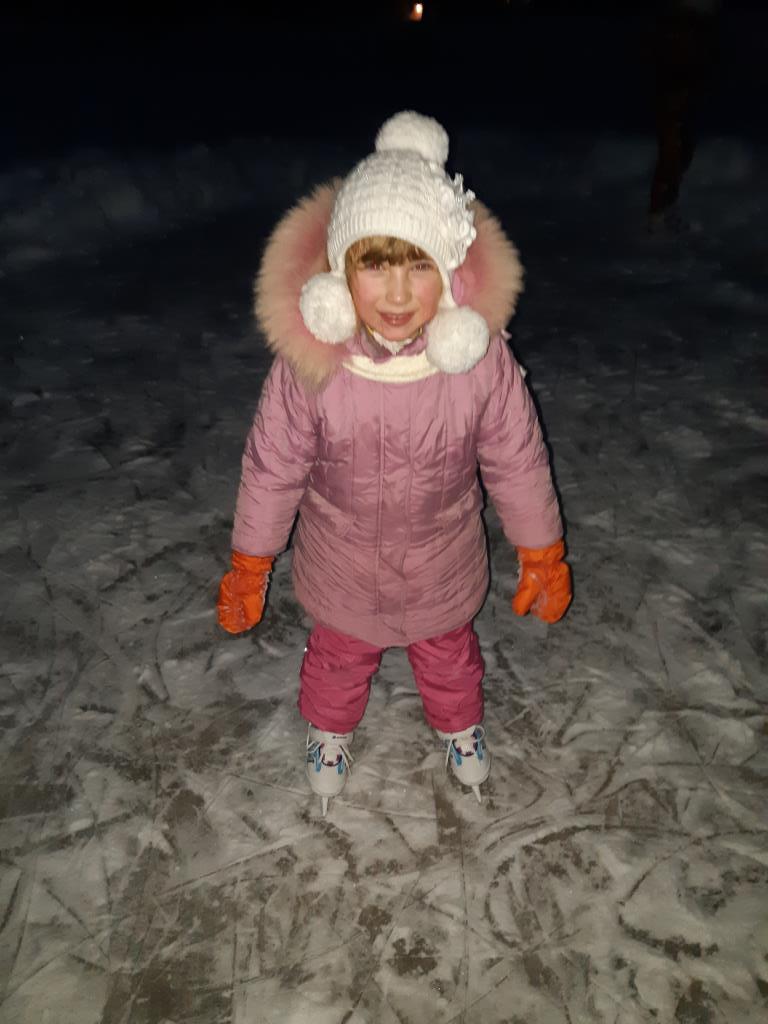 Вот счастливые деньки - снег, лед и любимые коньки. Счастье есть!