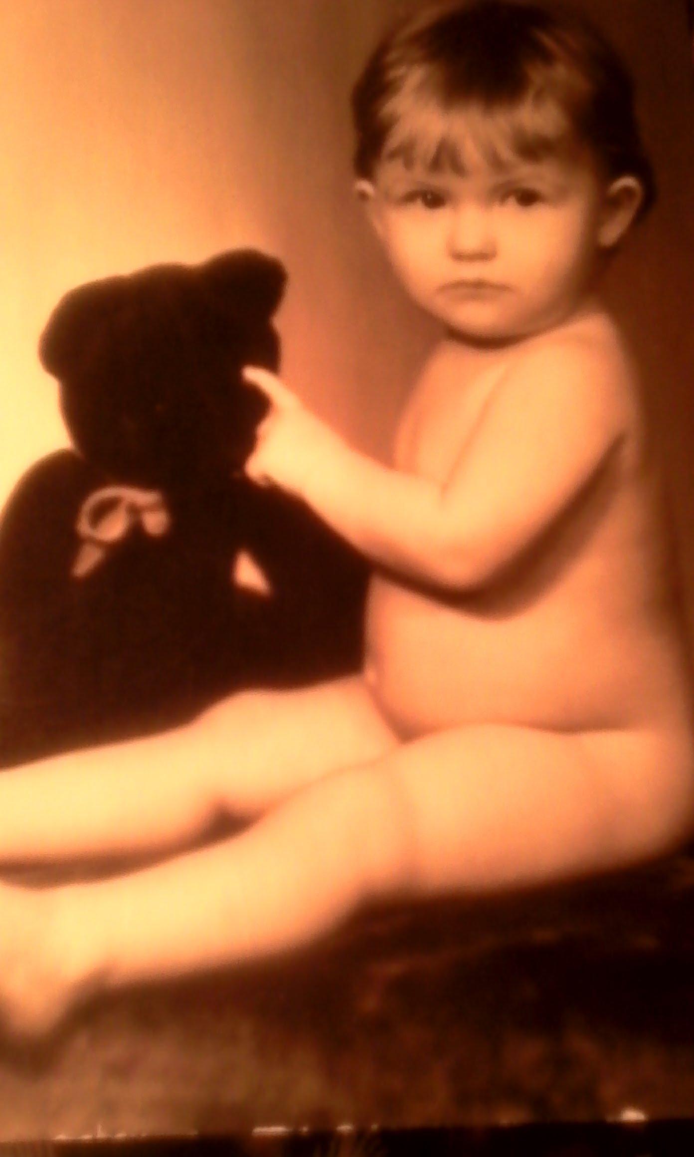 Сестренка играет с мишкой на фотосессии.. Наши дошколята