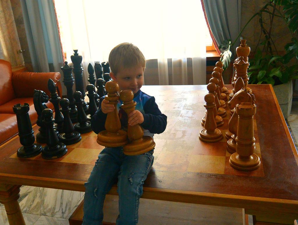 Будущий гроссмейстер))). Учимся, играя