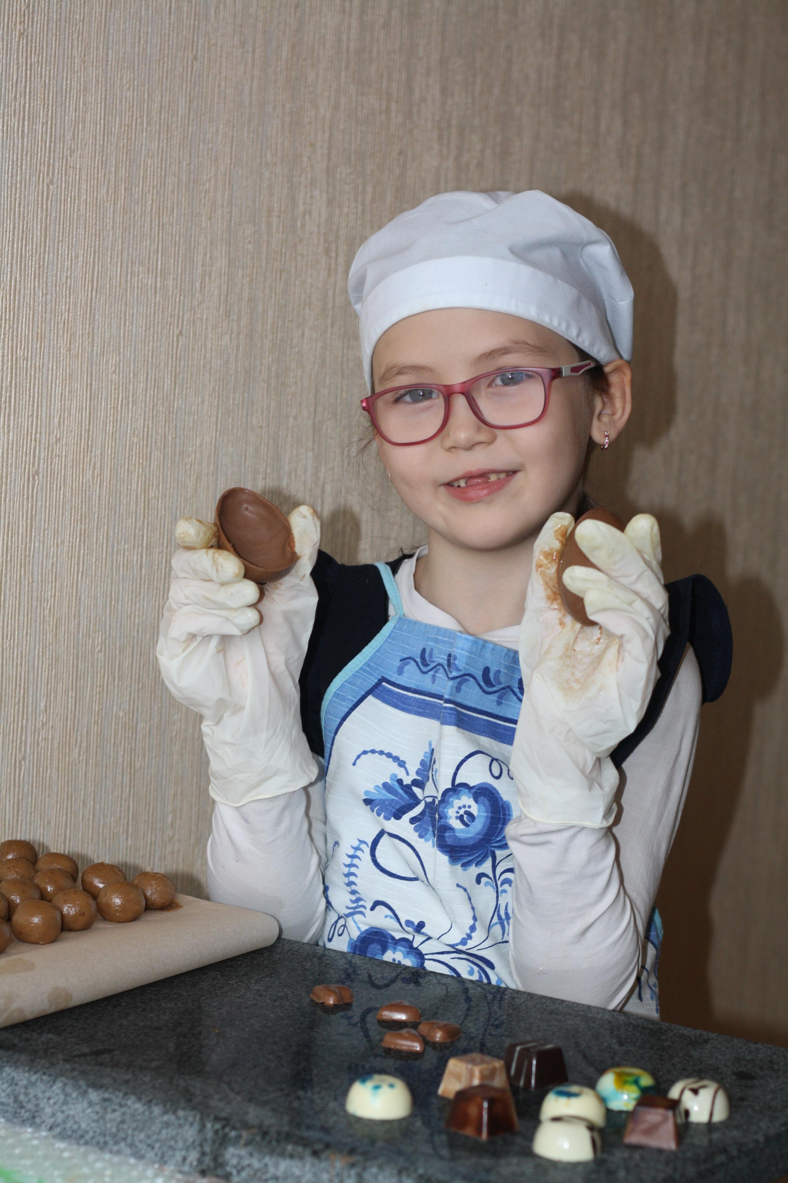Миладка лепит шоколадки. Настоящая хозяйка