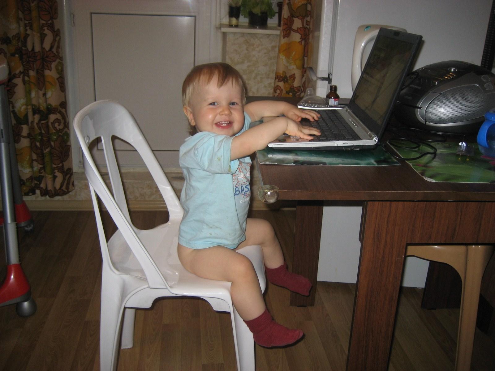 Я еще под стол пешком хожу...  . Учимся, играя