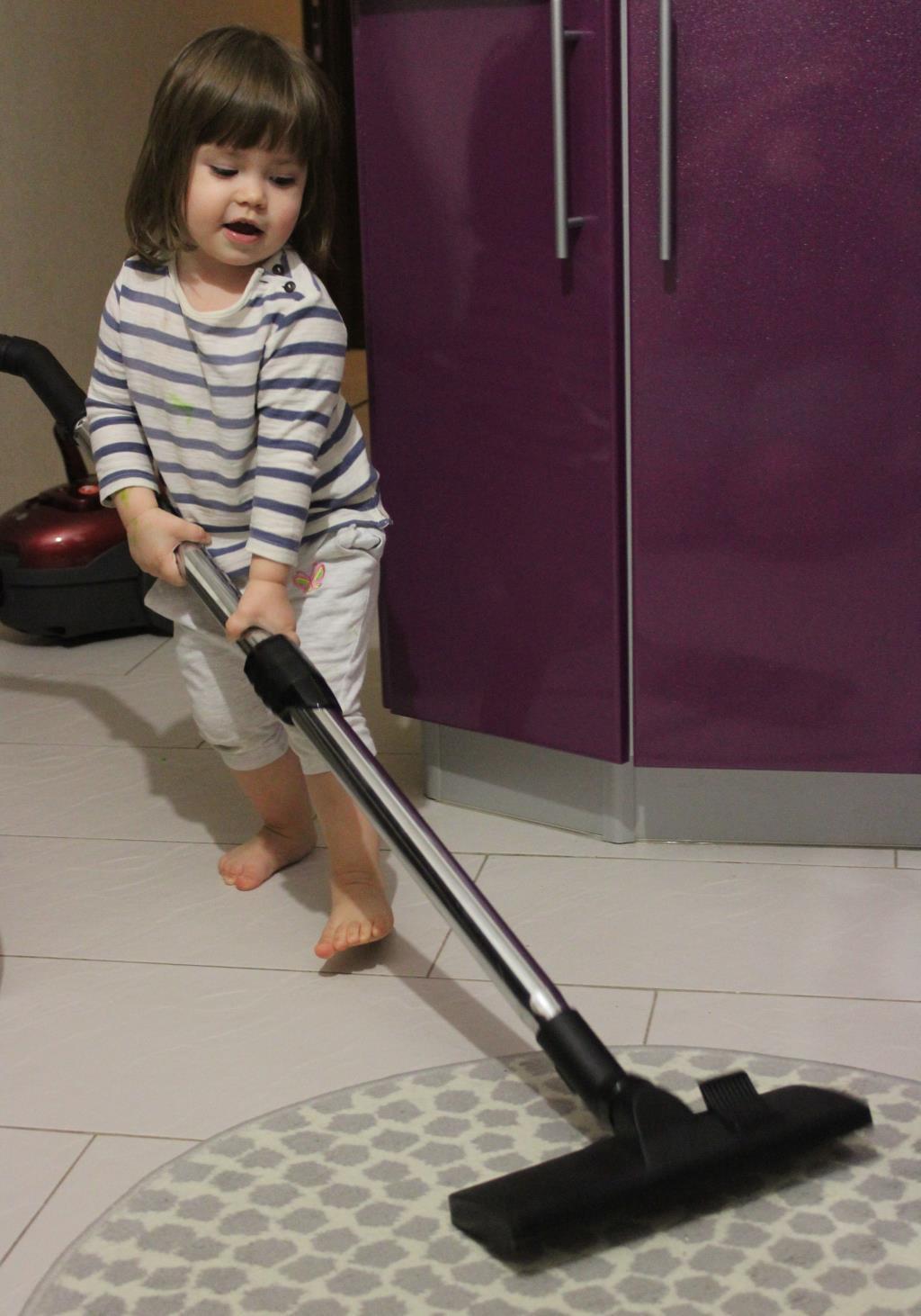 Маленькая любительница чистоты и порядка. Настоящая хозяйка