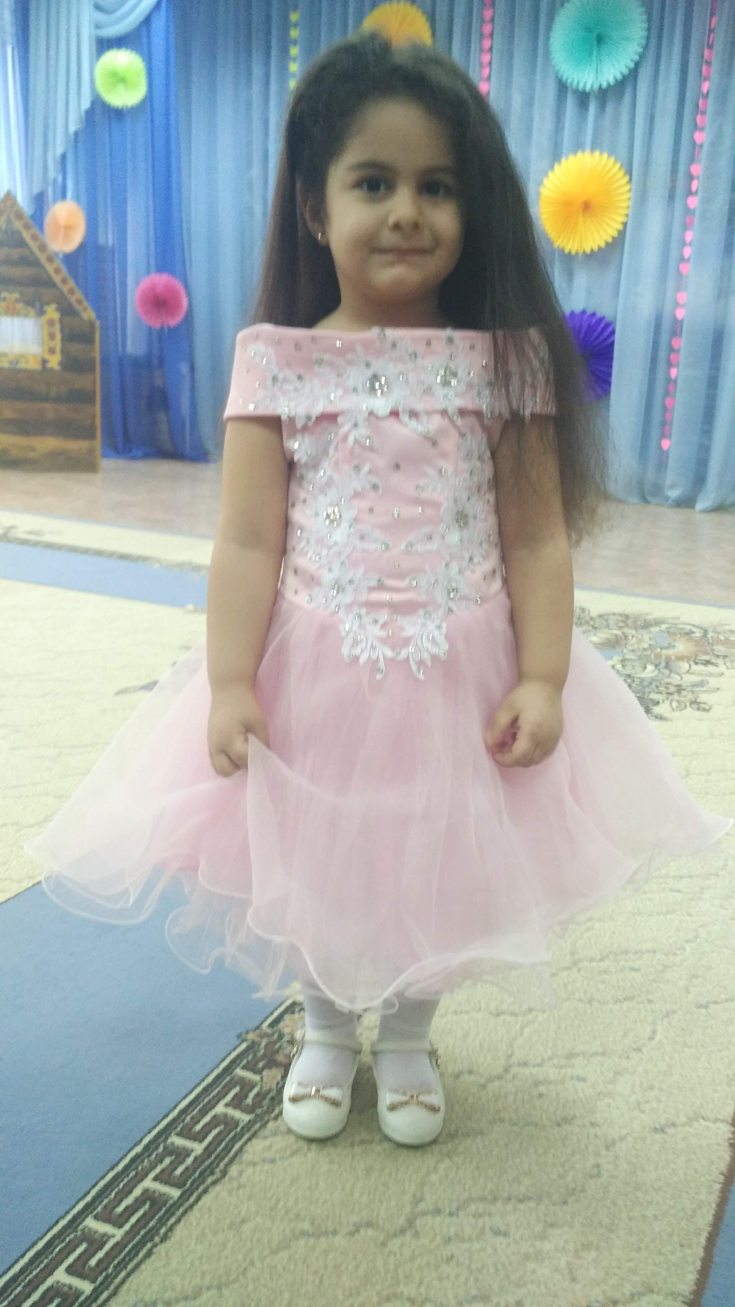 Рузи 4 годика... будущая актриса))). Выход в свет