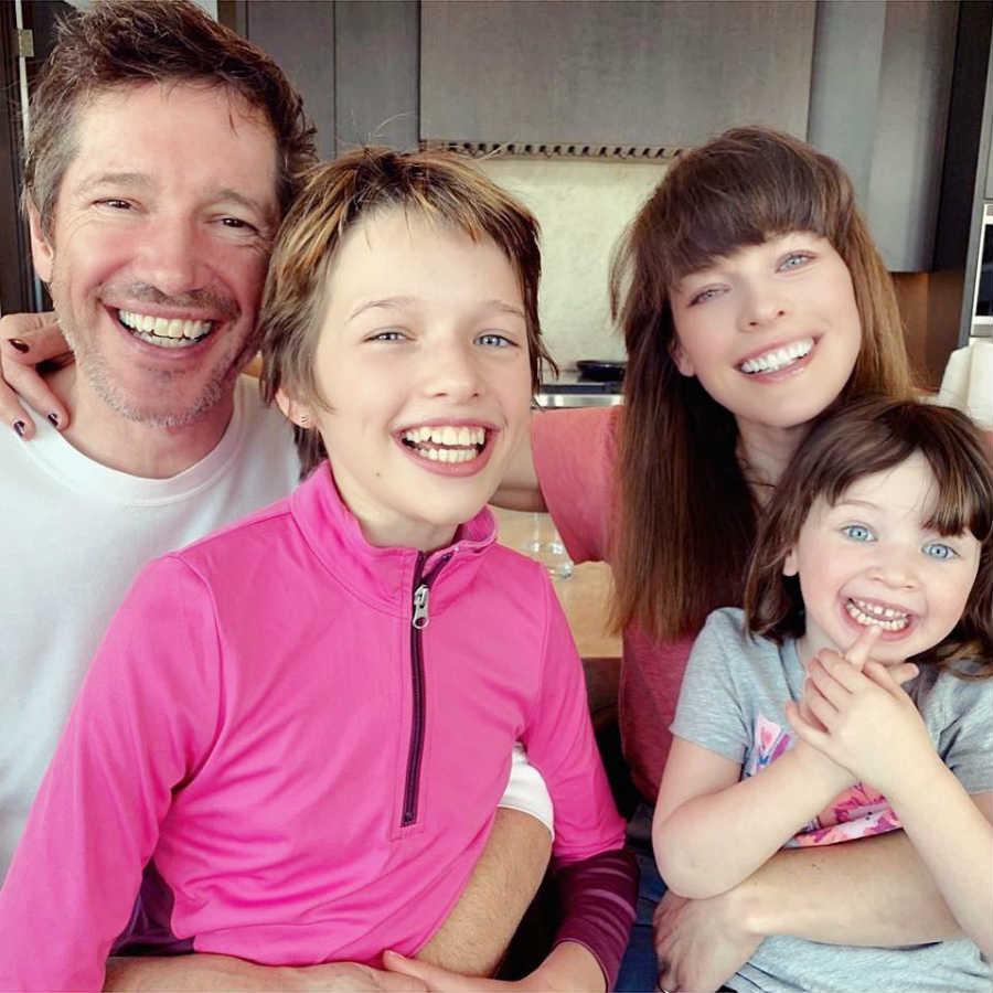 Мила Йовович с мужем и детьми