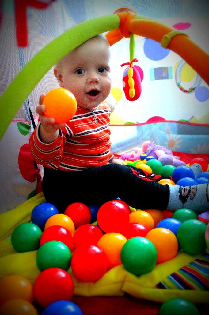 изучаем цвета на шариках. Учимся, играя