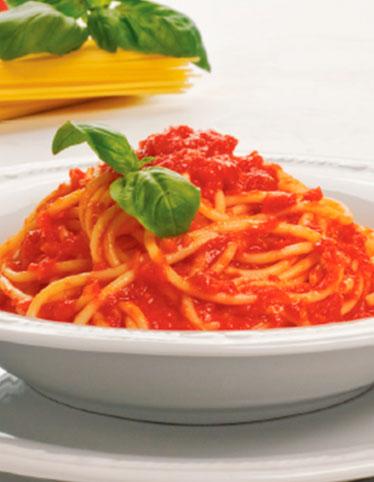 Спагетти с протертыми томатами и базиликом