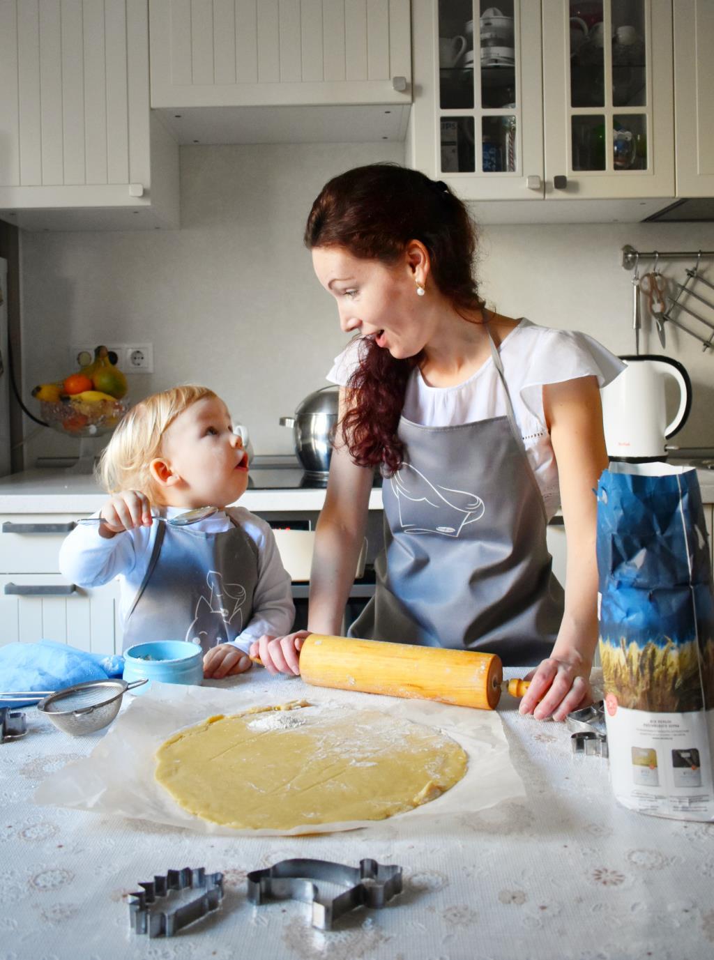 С мамой на кухне так интересно!. Настоящая хозяйка