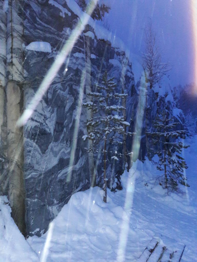 Мрамор в снегу. Блиц: камни