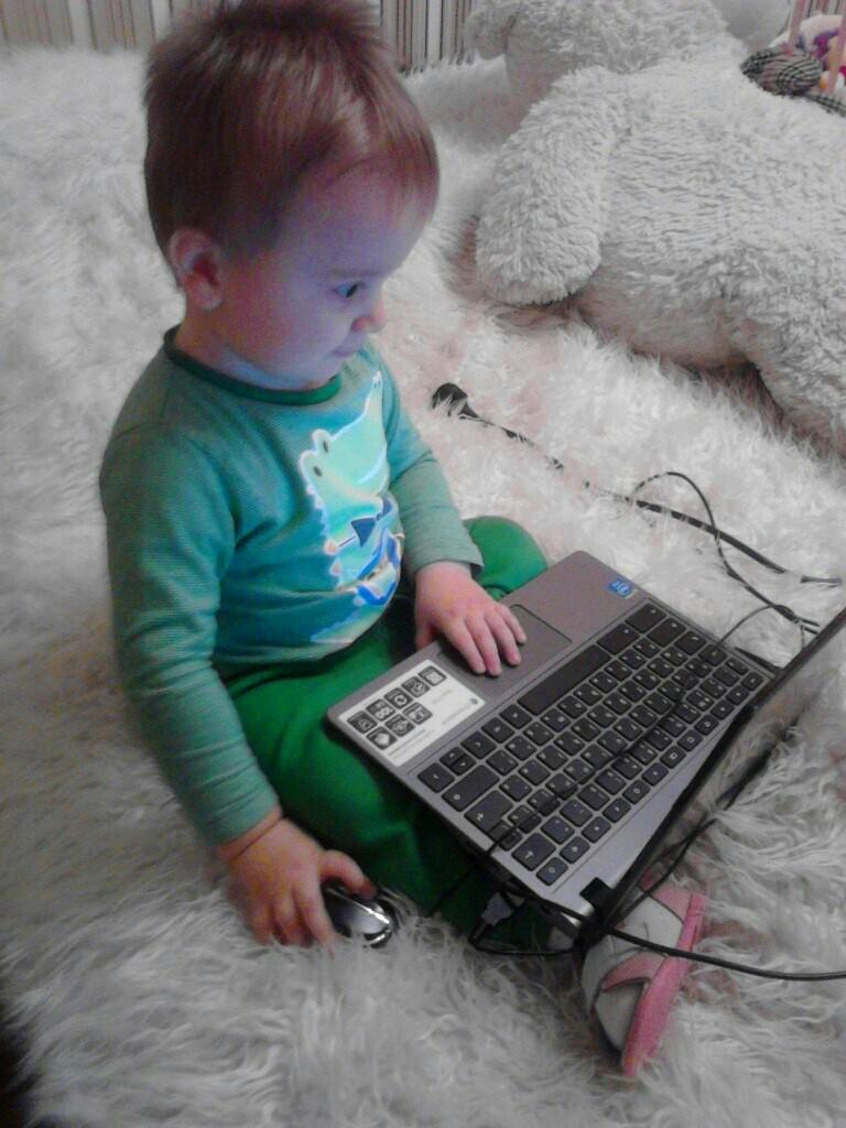 Андрейка и ноутбук. Гаджеты - с детства