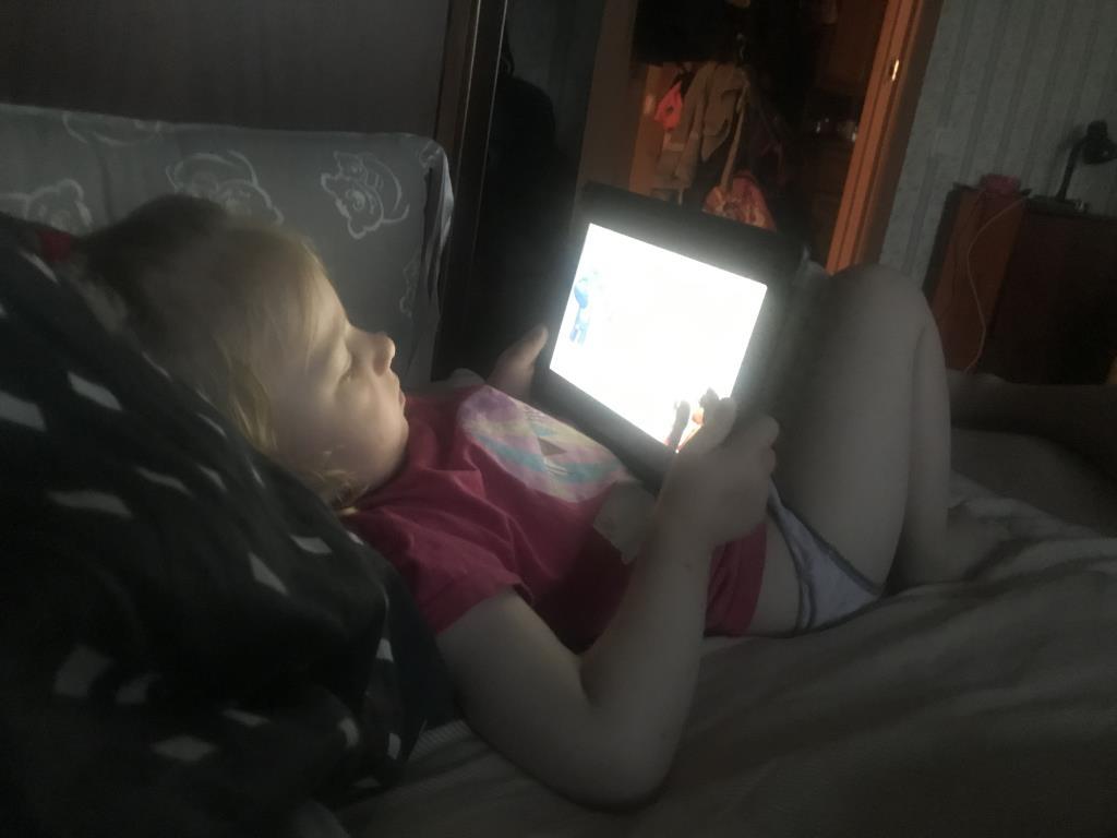 Лиска смотрит мультик на ночь. Гаджеты - с детства