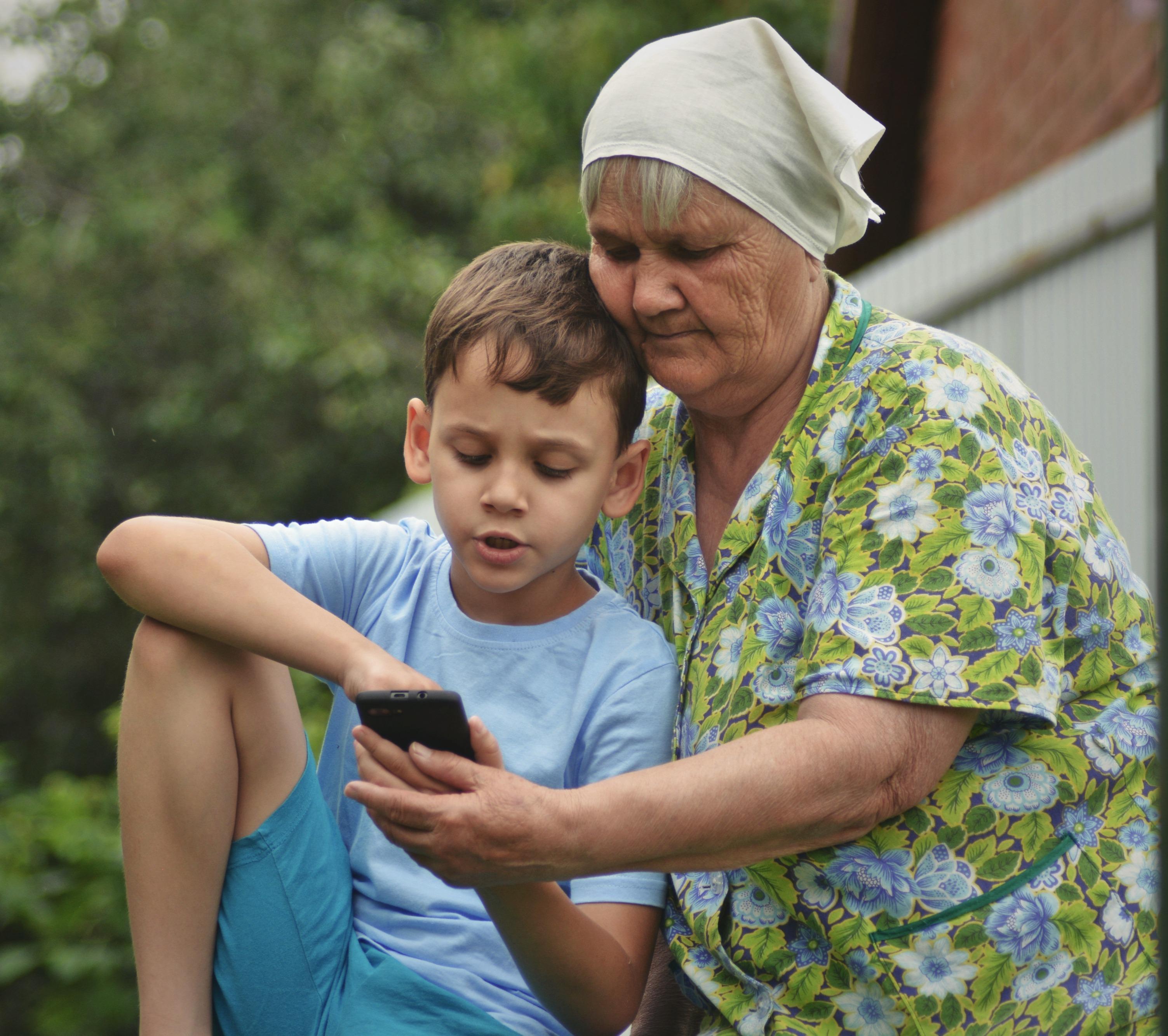 Когда внук с бабушкой на одной волне.. Гаджеты - с детства