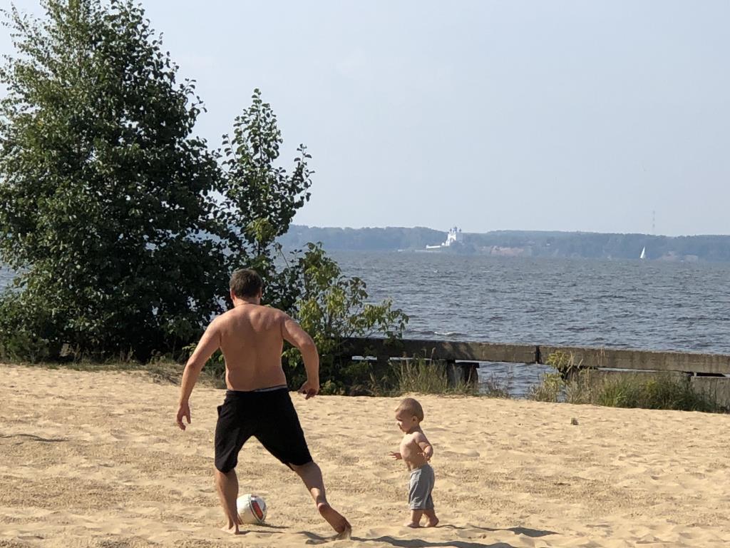 Пляжный футбол. Отдых у воды