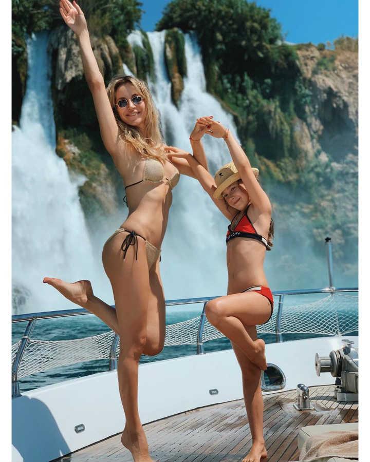 Светлана Лобода в купальнике с дочкой Евой