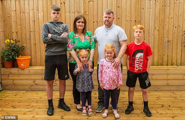 Семья женщины после рака груди и химиотерапии