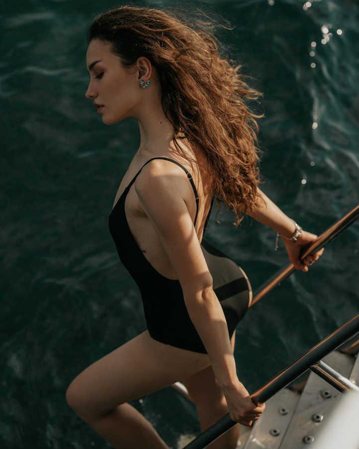Виктория Дайнеко в купальнике