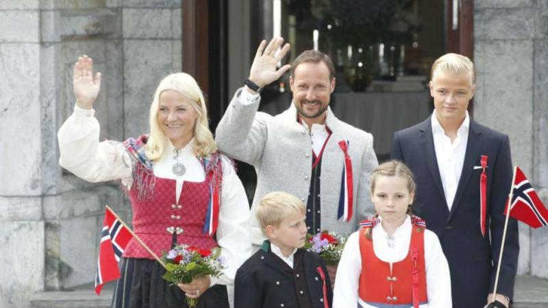 Норвежский кронпринц Хокон с семьей