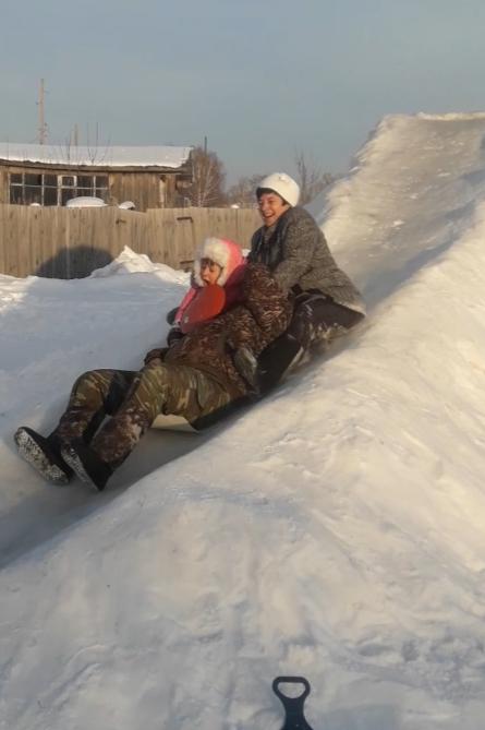 Дочка с дедушкой и бабушкой на Рождество))). Вместе весело!